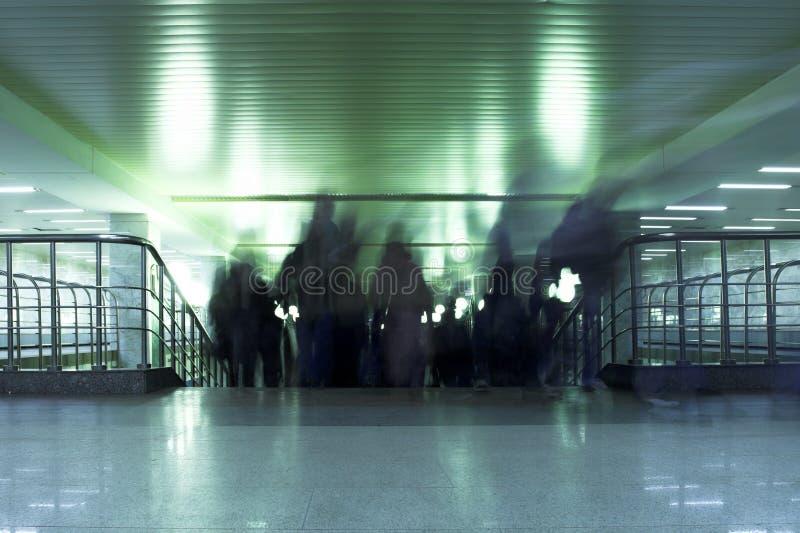 Gliedern Sie die Leute aus, die in der Moskau-Metro Innen sind lizenzfreies stockbild
