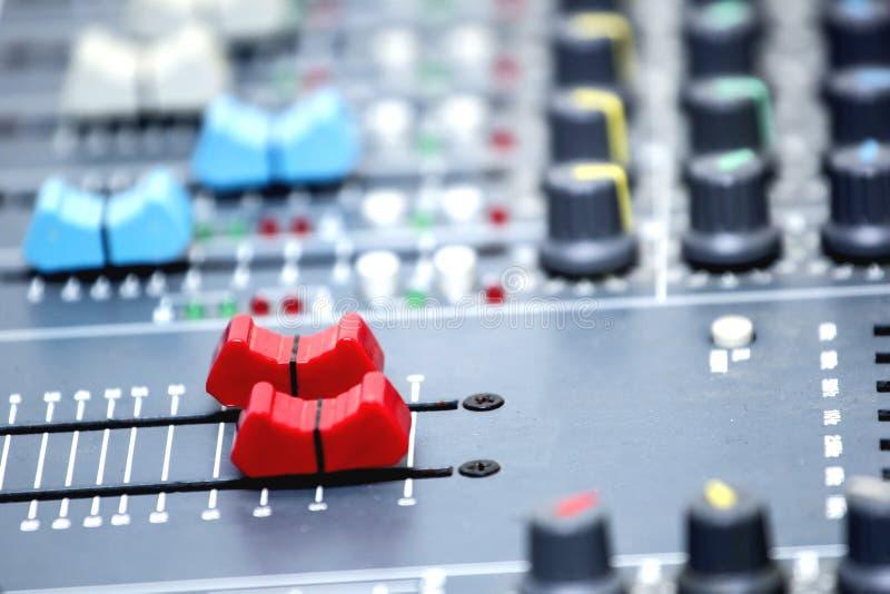 Glijd de volumecontrole van de audiomixer stock afbeelding