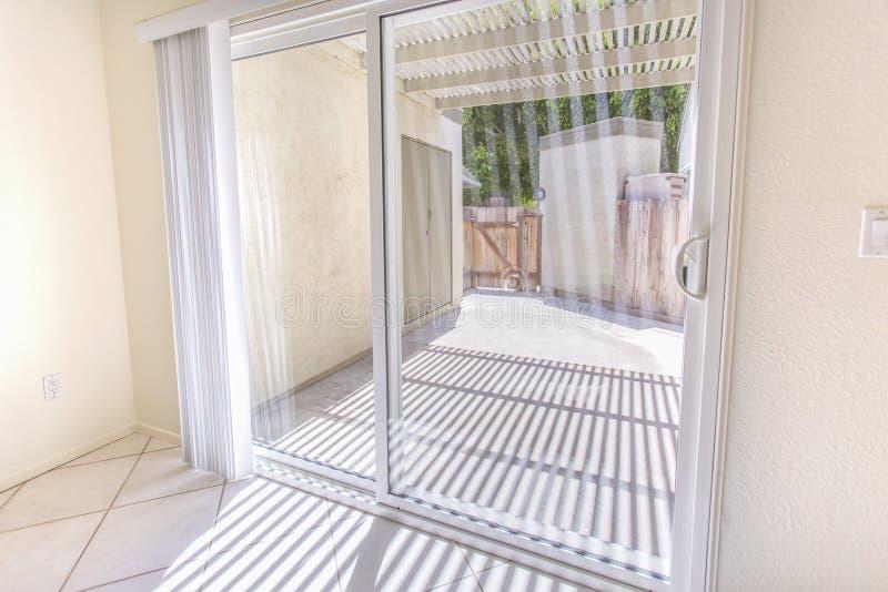 Glijdend glasdeuren en terrasgebied in het flatgebouw met koopflats van San Diego royalty-vrije stock fotografie