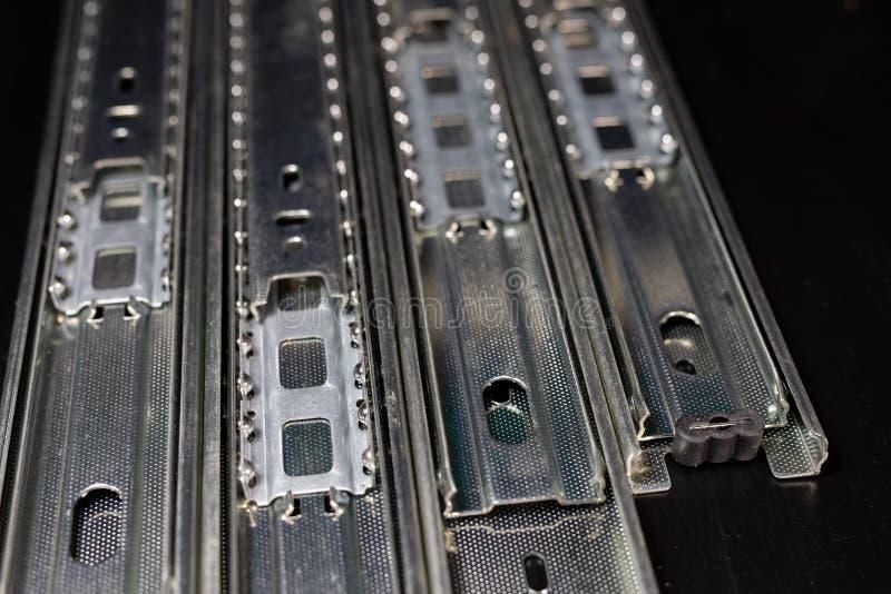 Glijdend spoor voor timmerwerk en meubilairstructuren Timmerwerktoebehoren op een houten lijst royalty-vrije stock afbeelding