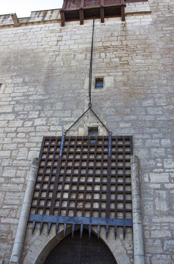 Glijdende poort op middeleeuws kasteel royalty-vrije stock foto's