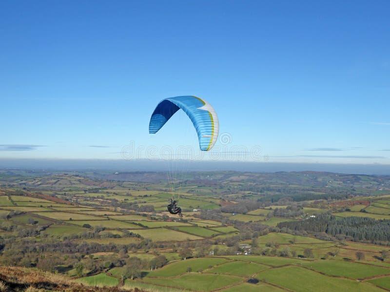Glijscherm dat boven Dartmoor vliegt stock afbeeldingen