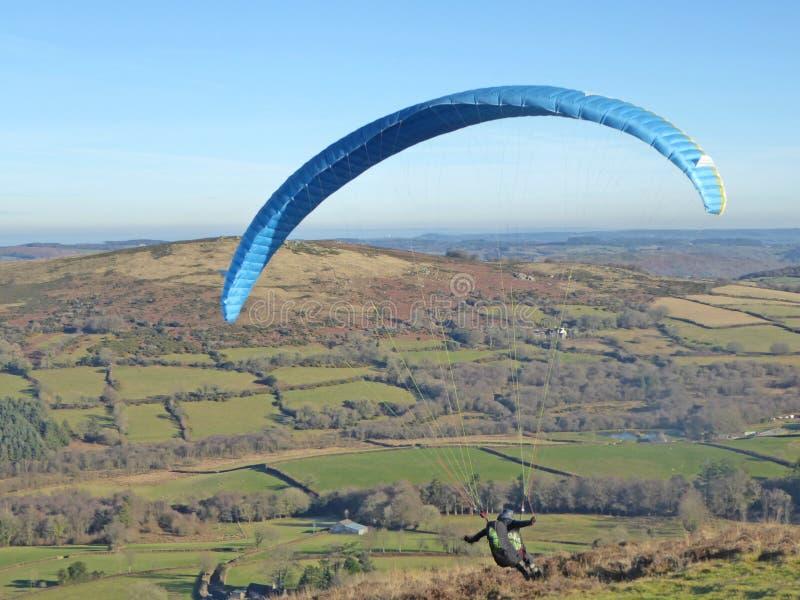 Glijscherm dat boven Dartmoor vliegt stock foto's