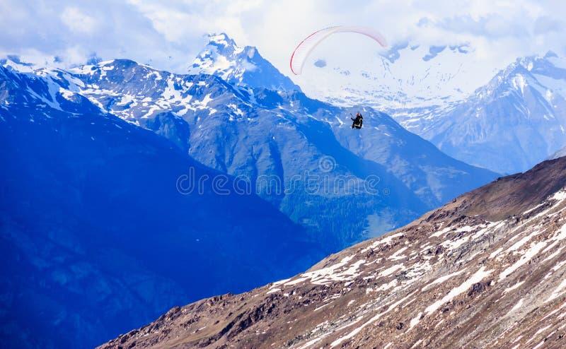Glijscherm die over bergen in de hemel van de de zomerdag vliegen, de activiteiten van de de sportvrije tijd van de Deltaplanings stock foto's