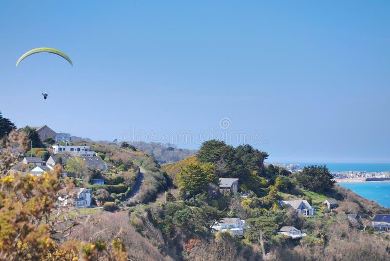 Glijscherm over kustlijn met st ives in afstand royalty-vrije stock afbeelding