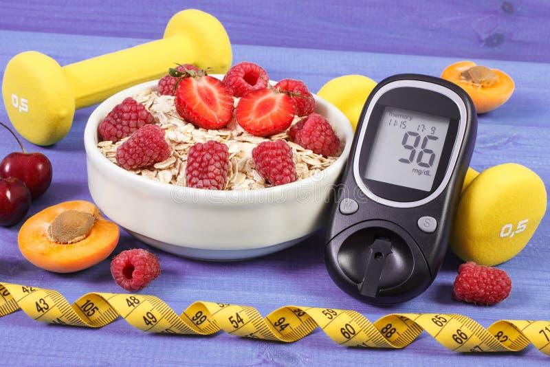 Glikoza metr dla sprawdzać cukier równy, oatmeal, centymetr, dumbbells, cukrzyce i zdrowy styl życia, z owoc, zdjęcie royalty free
