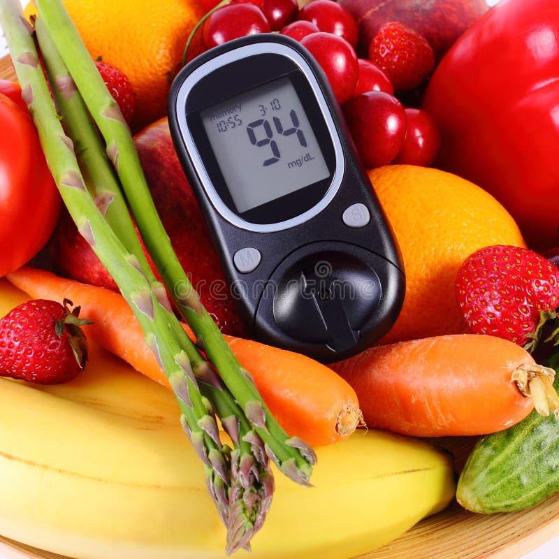 Glikoza metr z owoc i warzywo, zdrowy odżywianie, cukrzyce obraz stock