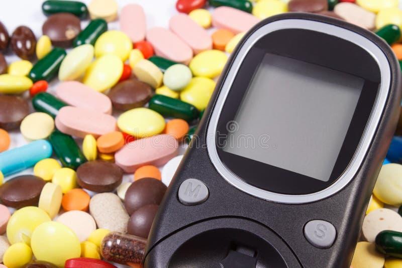Glikoza metr z rozsypiskiem medyczne pigułki i kapsuły, cukrzyce, opieki zdrowotnej pojęcie obraz royalty free