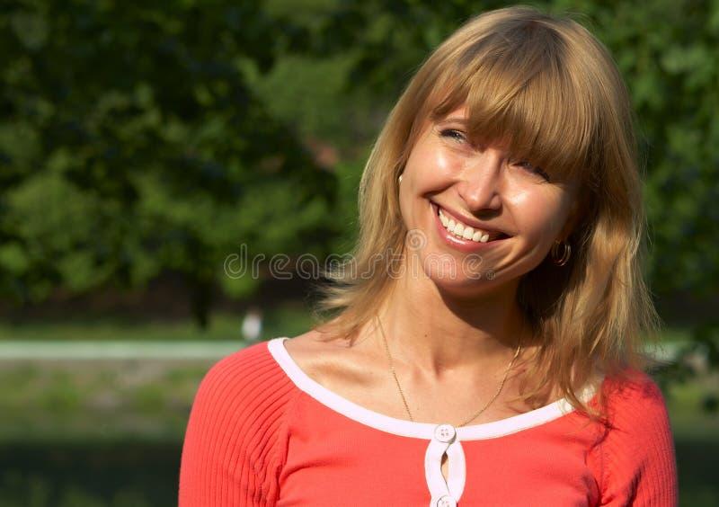 Glimlach aan de zon royalty-vrije stock afbeelding