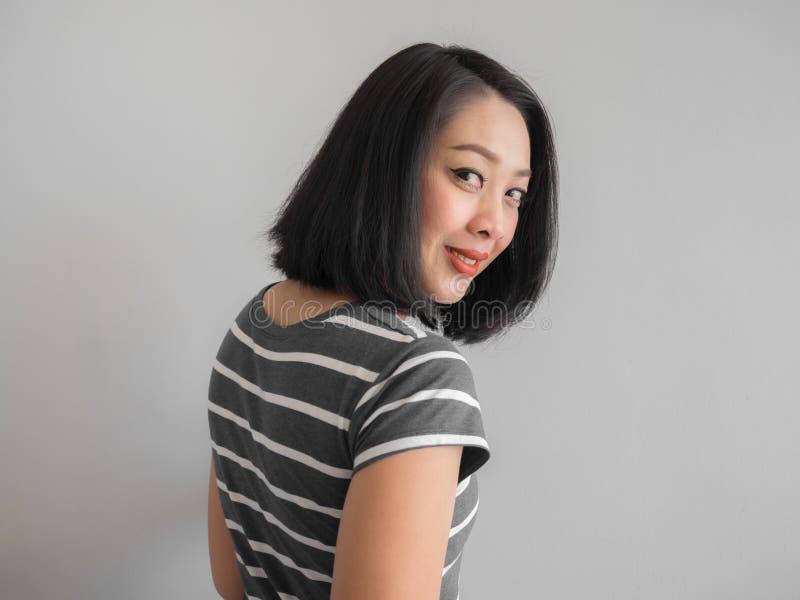 Glimlach Aziatische vrouw die rente maken kijken stock fotografie