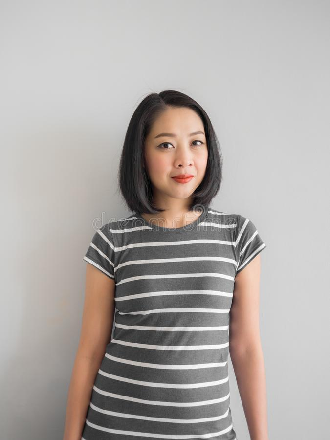 Glimlach Aziatische vrouw die rente maken kijken royalty-vrije stock foto's