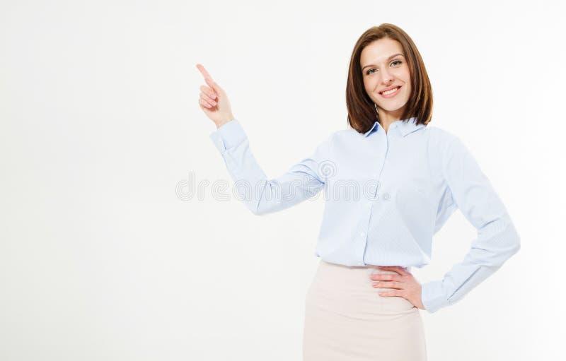 Glimlach donkerbruine vrouw die vinger op witte achtergrond richt royalty-vrije stock afbeeldingen