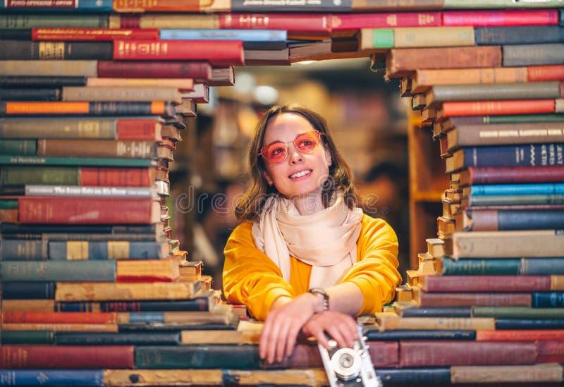 Glimlach meisje in een beroemde boekhandel stock foto