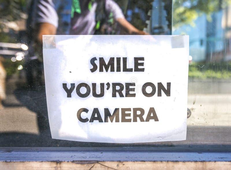 Glimlach u `-Re op camerateken buiten winkel royalty-vrije stock foto