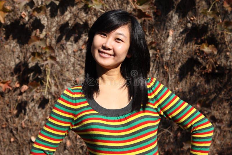 Glimlach van Chinese jonge vrouw van het winkelen royalty-vrije stock foto