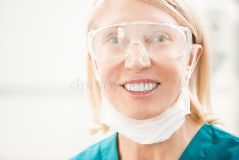 Glimlach van tandarts stock foto's