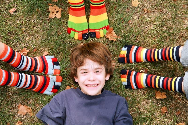 Glimlachen van de jongen Omringd door de Sokken van de Teen royalty-vrije stock afbeelding