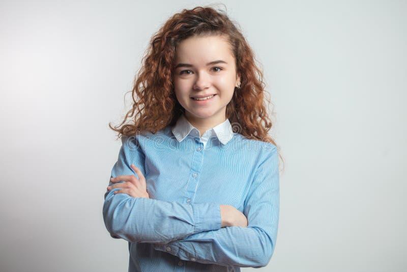 Glimlachend aantrekkelijk assertief meisje in vrijetijdskleding royalty-vrije stock afbeeldingen
