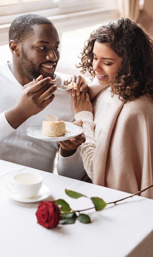 Glimlachend Afrikaans Amerikaans paar die van de datum genieten royalty-vrije stock foto