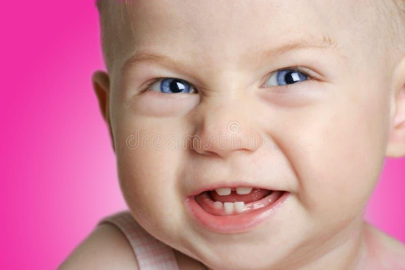 Glimlachend babymeisje met blauwe ogen stock foto