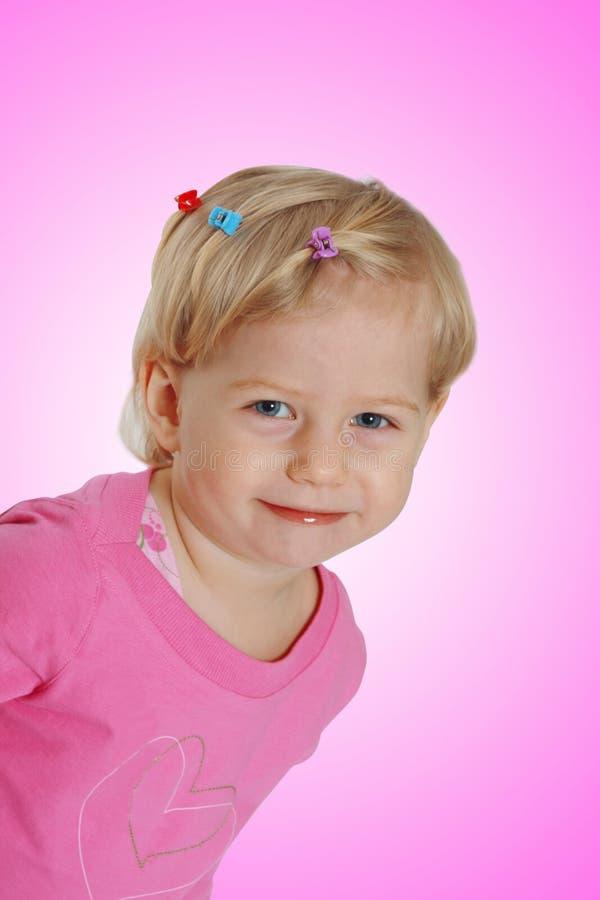 Glimlachend babymeisje in roze kleding royalty-vrije stock afbeeldingen