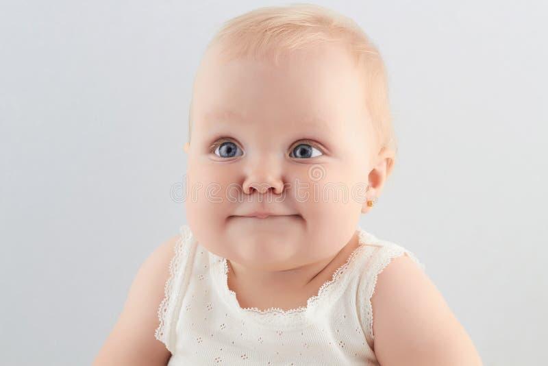 Glimlachend babymeisje weinig grappig kind Pasgeboren royalty-vrije stock afbeeldingen