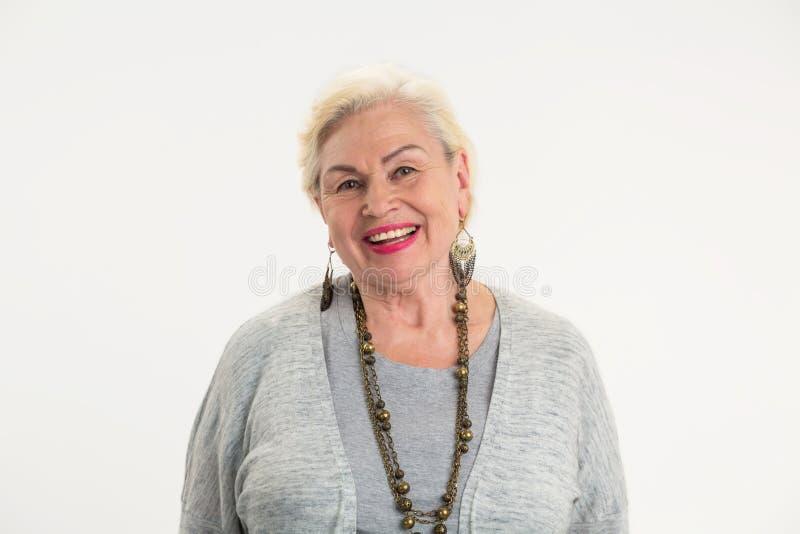 Glimlachend bejaard geïsoleerd wijfje royalty-vrije stock foto