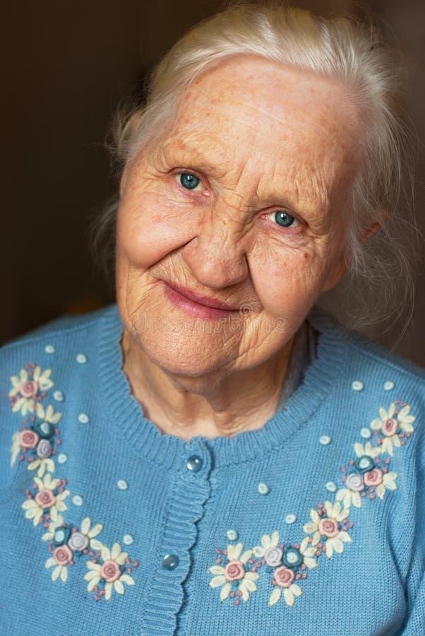 Glimlachend bejaarde stock foto