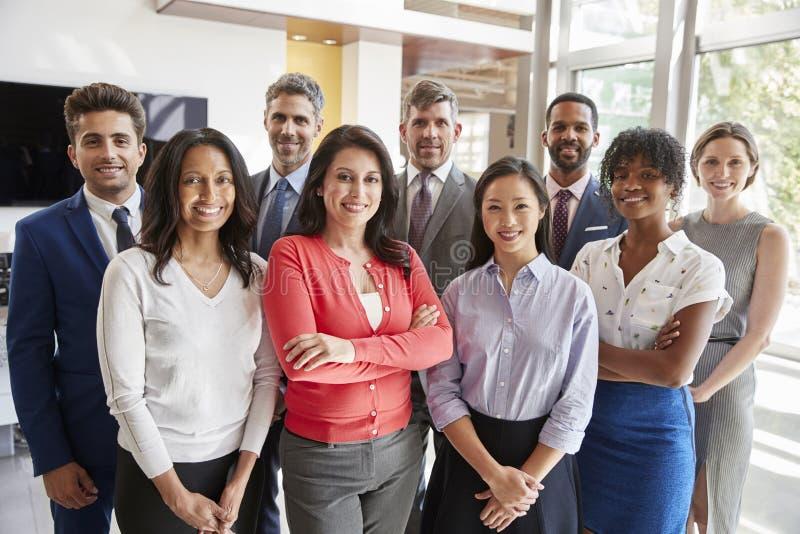 Glimlachend collectief commercieel team, groepsportret stock afbeelding