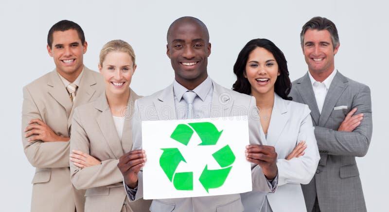 Glimlachend commercieel team dat een recyclingssymbool houdt royalty-vrije stock foto's