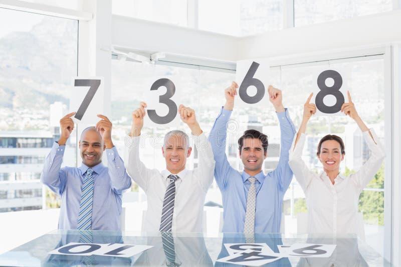 Glimlachend commercieel team die document met classificatie tonen royalty-vrije stock foto