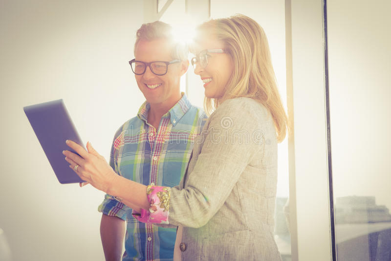 Glimlachend creatief ontwerpteam die tablet gebruiken royalty-vrije stock foto