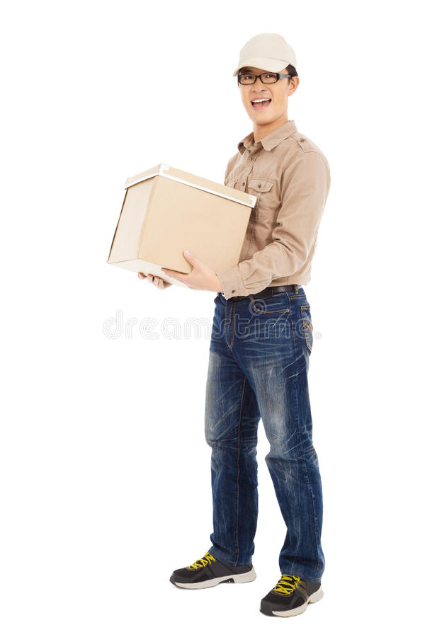Glimlachend de holding van de leveringsmens pakket en status royalty-vrije stock foto's
