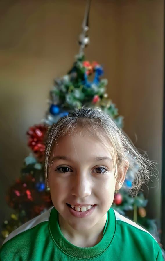 Glimlachend en gelukkig meisje royalty-vrije stock foto's