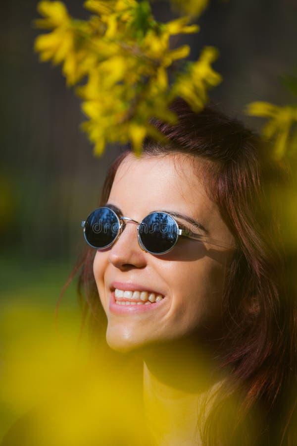 Download Glimlachend Flower Power-meisje Stock Foto - Afbeelding bestaande uit wijnoogst, gelukkig: 54079416