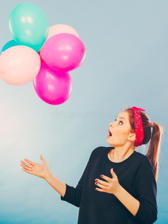 Glimlachend gek meisje die pret met ballons hebben royalty-vrije stock afbeelding