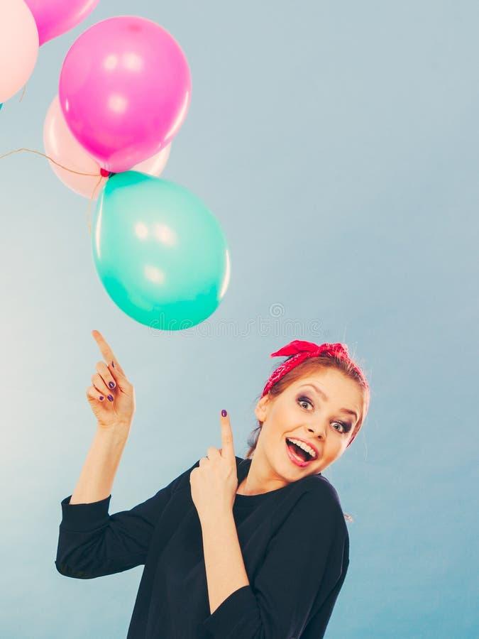 Glimlachend gek meisje die pret met ballons hebben stock afbeeldingen
