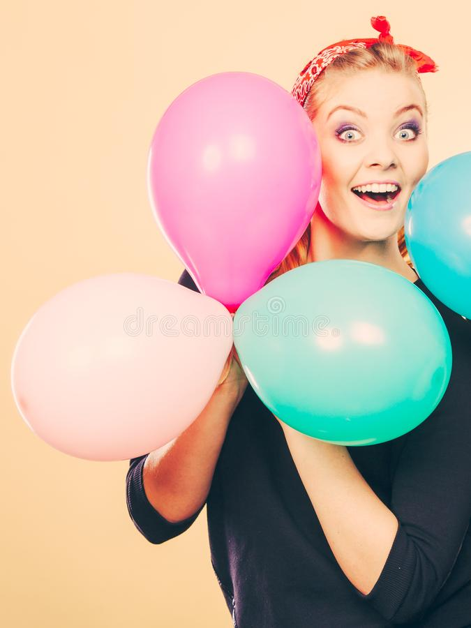 Glimlachend gek meisje die pret met ballons hebben stock foto