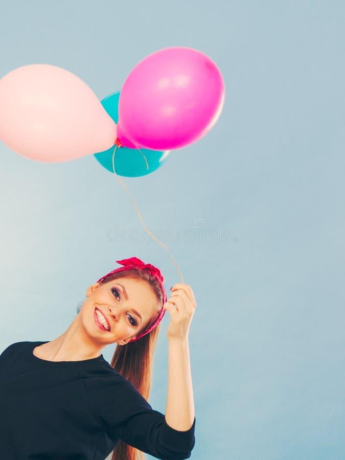 Glimlachend gek meisje die pret met ballons hebben royalty-vrije stock afbeeldingen