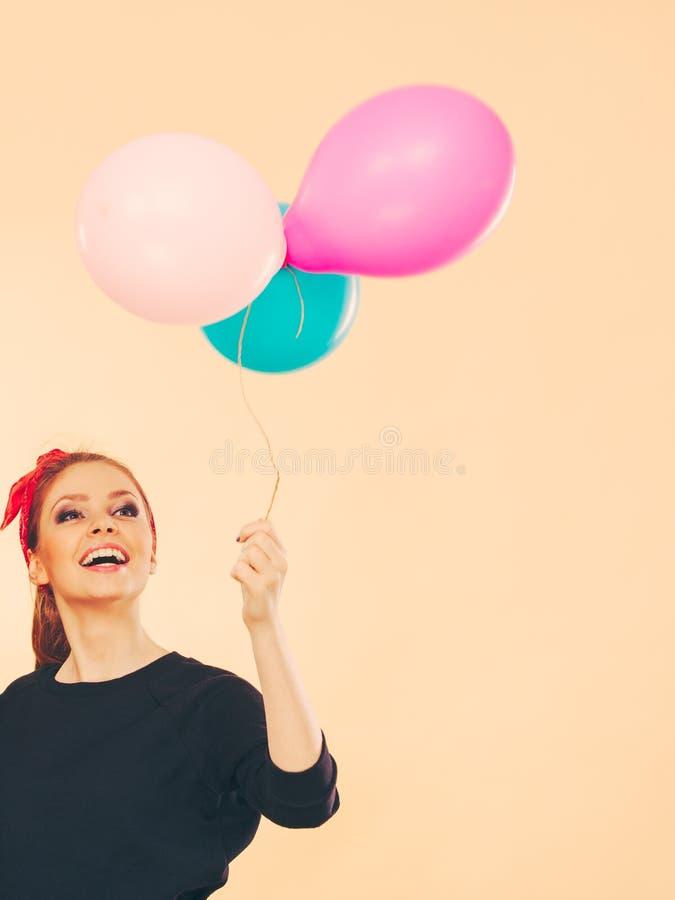 Glimlachend gek meisje die pret met ballons hebben stock fotografie