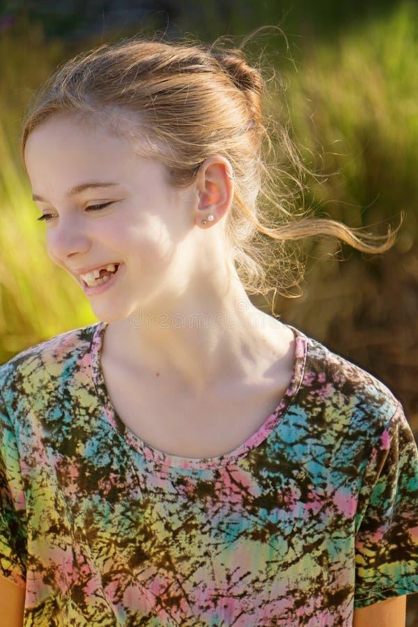 Glimlachend gelukkig jong meisje stock fotografie