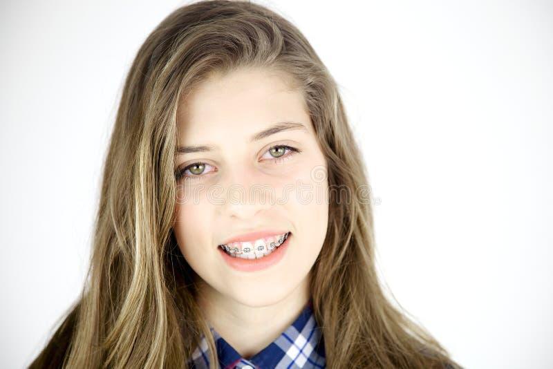 Glimlachend gelukkig meisje met steunen en lang haar stock fotografie