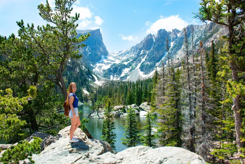 Glimlachend gelukkig meisje op wandelingsreis in de bergen stock afbeeldingen