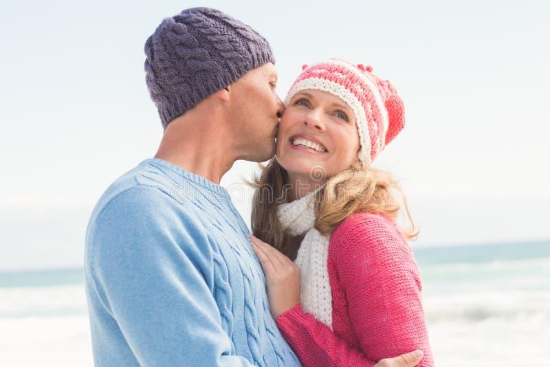 Glimlachend gelukkig paar die elkaar koesteren stock afbeeldingen