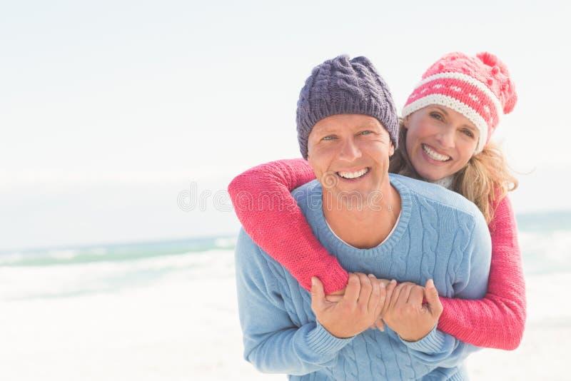Glimlachend gelukkig paar die elkaar koesteren stock foto