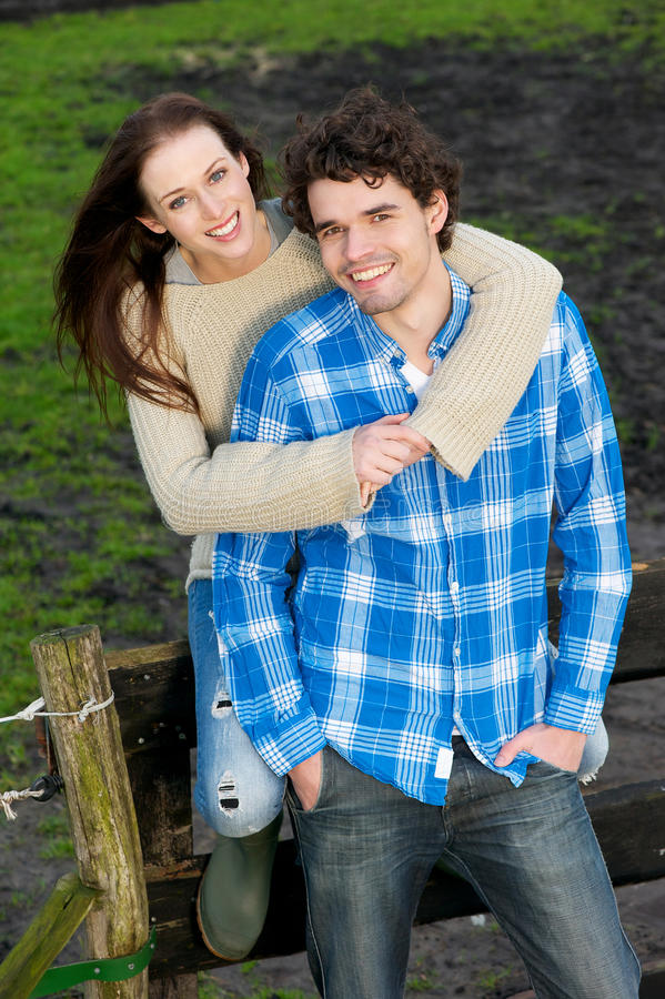 Glimlachend Gelukkig Paar in openlucht royalty-vrije stock foto's
