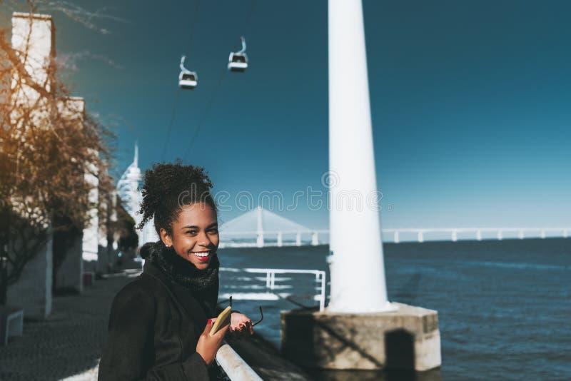 Glimlachend gemengd meisje op de waterkant stock afbeeldingen