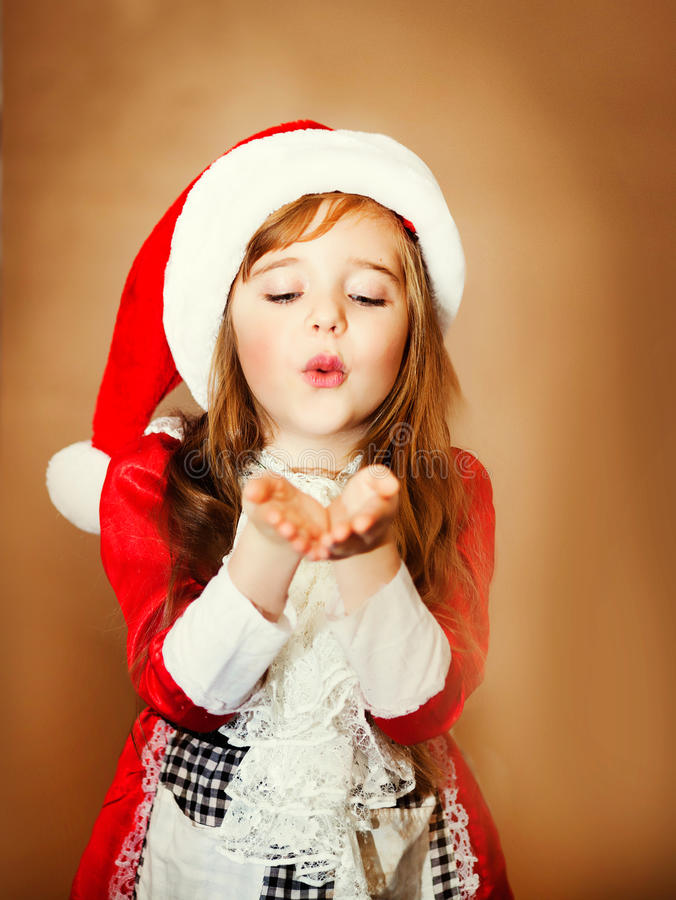 Glimlachend grappig kind in Kerstman rode hoed stock fotografie