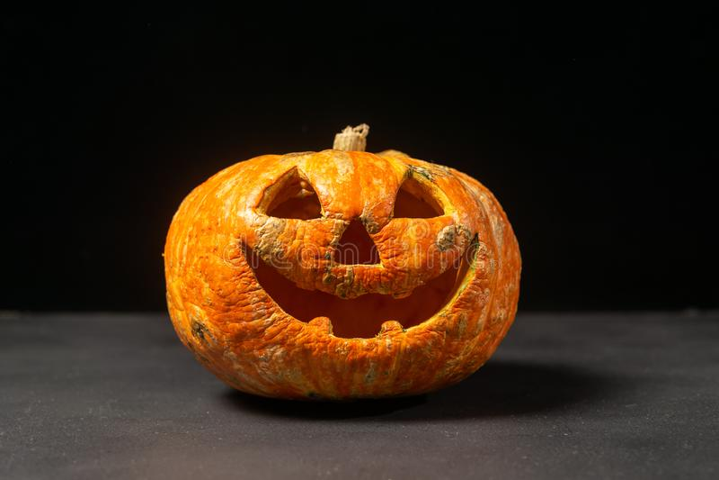 glimlachend Halloween pompoen op een donkere achtergrond royalty-vrije stock fotografie