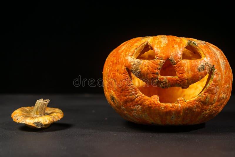 glimlachend Halloween pompoen op een donkere achtergrond stock afbeeldingen